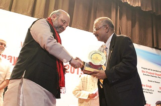 Dr. Muhammed Majeed receives My Home India Award from Shri Amit Shah, Rajya Sabha MP from Gujarat and current President of the Bharatiya Janata Party (BJP), at Karmayogi Awards 2015 by My Home India NGO (13 Sep 2015)
