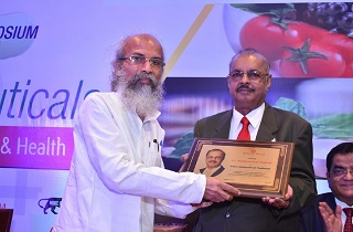 Dr. Muhammed Majeed Chairman and Managing Director, Sami Labs Limited and Sabinsa, accepting 2019 Indian Nutraceuticals Trailblazer award from Shri Pratap Chandra Sarangi, Hon. Minister of State for Micro, Small and Medium Enterprises and Animal Husbandry, Government of India