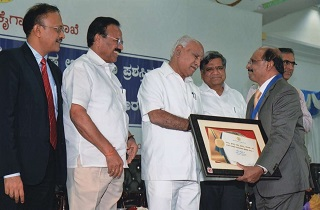 Mr. Joy Ummen, IAS (Retd), Vice Chairman, Sami Labs Limited receiving the award for the Best Pharmaceutical Export Company of Bangalore District from Shri B S Yediyurappa, Chief Minister of Karnataka. Left to right: Mr. Gaurav Gupta, IAS, Principal Secretary, Industry and Commerce, Government of Karnataka, Mr. Sadananda Gowda, Minister for Chemicals and Fertilizers, Government of India, Mr. B S Yediyurappa, Chief Minister of Karnataka, Mr. Jagadish Shetter, Industries Minister, Government of Karnataka, Mr. Joy Ummen, IAS (Retd.), Vice Chairman, Sami Labs Limited and Mr. Maheswara Rao, IAS, Secretary, Mining and MSME, Government of Karnataka